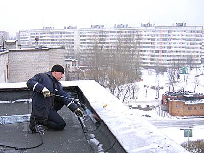 Ремонт покрівлі гаража в зимовий час. Покрівельні роботи-мяка, наплавляється і мембранна покрівля