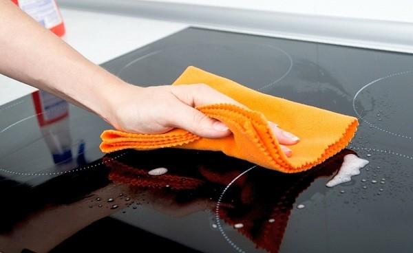 Чим мити індукційну варильну панель. Чим почистити керамічну плиту від жиру і нагару