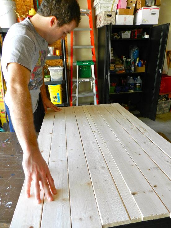 Оновлення старого кухонного столу своїми руками. Як відреставрувати старий стіл своїми руками: вибираємо кращий спосіб як оновити старий журнальний столик